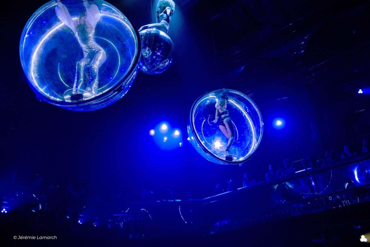 Paradis Latin Bubbles Show