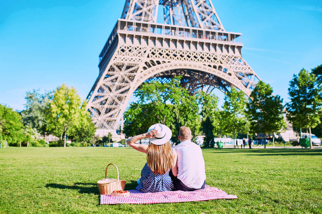 picnic at the foot of the Eiffel Tower